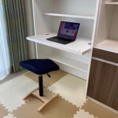 シンプルなつくりのデスク付き本棚