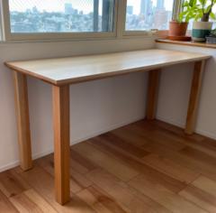 スリムでも重厚感あるカバ無垢材のテーブル